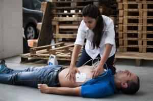 primeros auxilios con desfibrilador